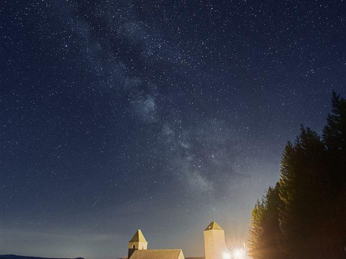 Village d'Aubrac sous la Voie Lactée, Aveyron, Avril