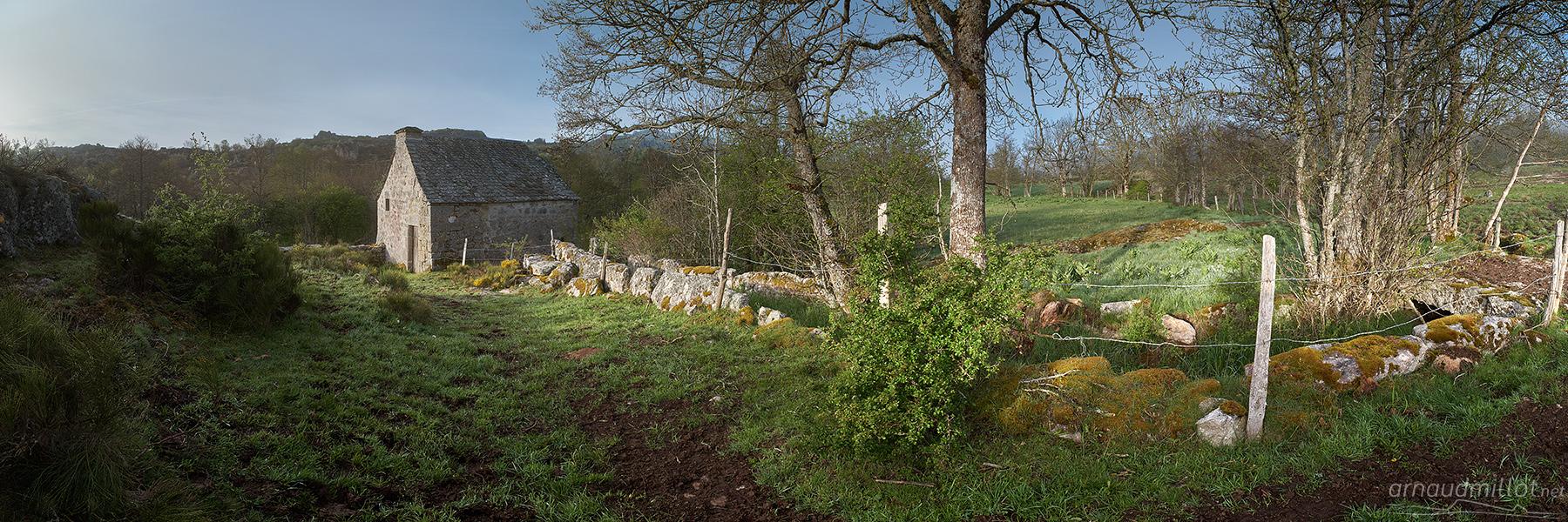Moulin sur le ruisseau de la Cabre, Recoules d'Aubrac, Cantal, Mai