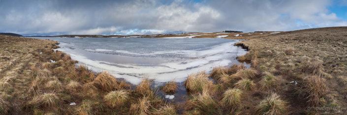 Lac des Moines gelé en hiver, Saint Chély d'Aubrac, Aveyron, Mars