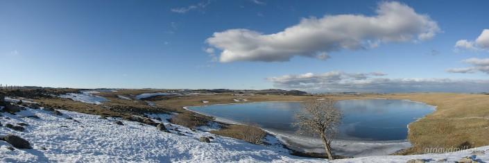 Lac de Saint Andéol gelé en hiver au lever du soleil, Marchastel, Lozère, Décembre