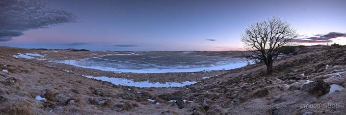 Lac de Saint Andéol gelé en hiver au lever du soleil, Marchastel, Lozère, Février