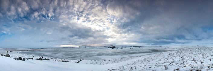 Lac de Saint Andéol gelé en hiver au lever du soleil, Marchastel, Lozère, Janvier