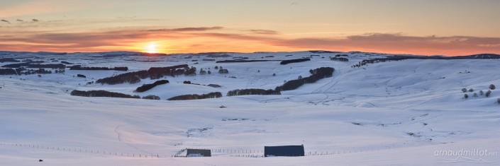 Panoramique du puy de Gudette et son buron en hiver, Saint Urcize, Cantal, Aubrac