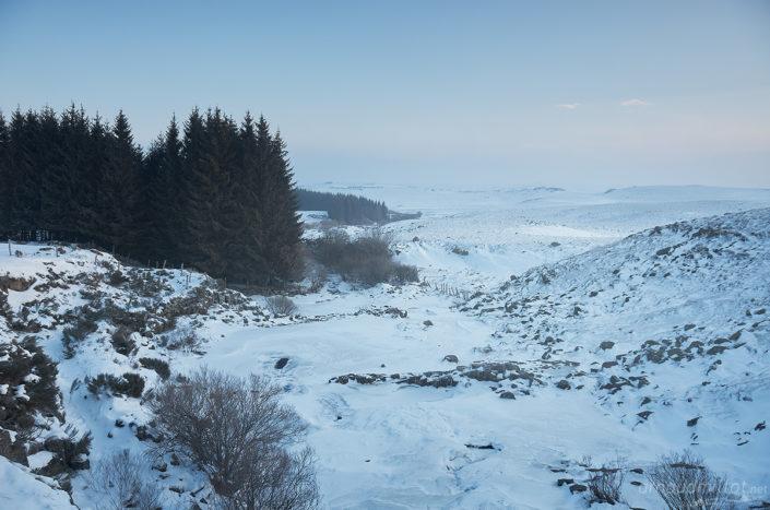 Ruisseau des Plèches gelé au pont des Nègres, Nasbinals, Lozère, Février