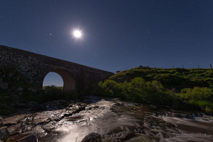 Pont des nègres sous la lune, Marchastel, Lozère, Juin