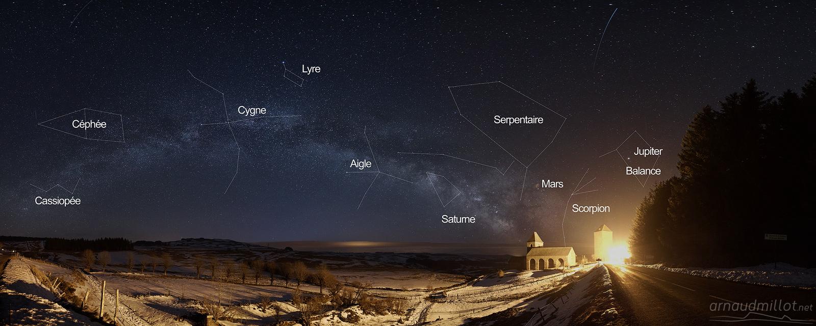 Village d'Aubrac et Voie Lactée avec constellations, Aveyron, Février