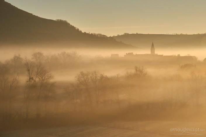 Clocher de Saint Christophe Vallon dans la brume, Aveyron, Décembre